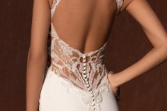 mermaid-wedding-dress-with-V-neck-and-keyhole-back-closeup